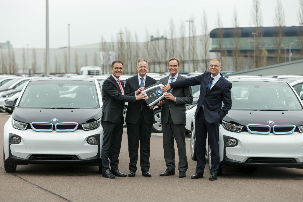 Am Montag (30.11.2015) werden auf dem Gelände des BMW Werkes Leipzig 50 BMW i3 an die Stadt Leipzig übergeben. Es freuen sich Hans-Peter Kemser (Leiter BMW Werk), Alexander Thorwirth (Leiter BMW Direktvertrieb), Oberbürgermeister Burkhard Jung sowie Volkmar Müller, kaufmännischer GF LVV.