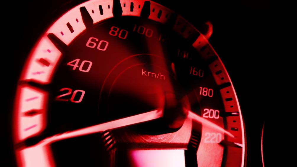 Der Geschwindigkeitsmesser schnellt nach oben