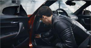 Carly OBD2 Adapter in Deine BMW OBD-Schnittstelle stecken